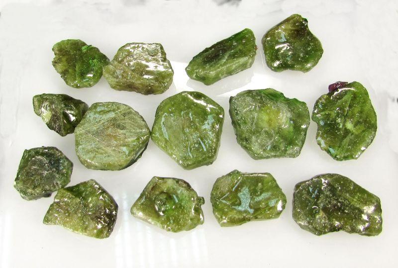 один зеленый камень магнитится фото без огранки она давала
